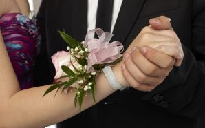 Video: Teen goes to the prom with her late boyfriend's…