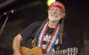 Willie Nelson Becomes Sick On Stage While Performing Last Night!